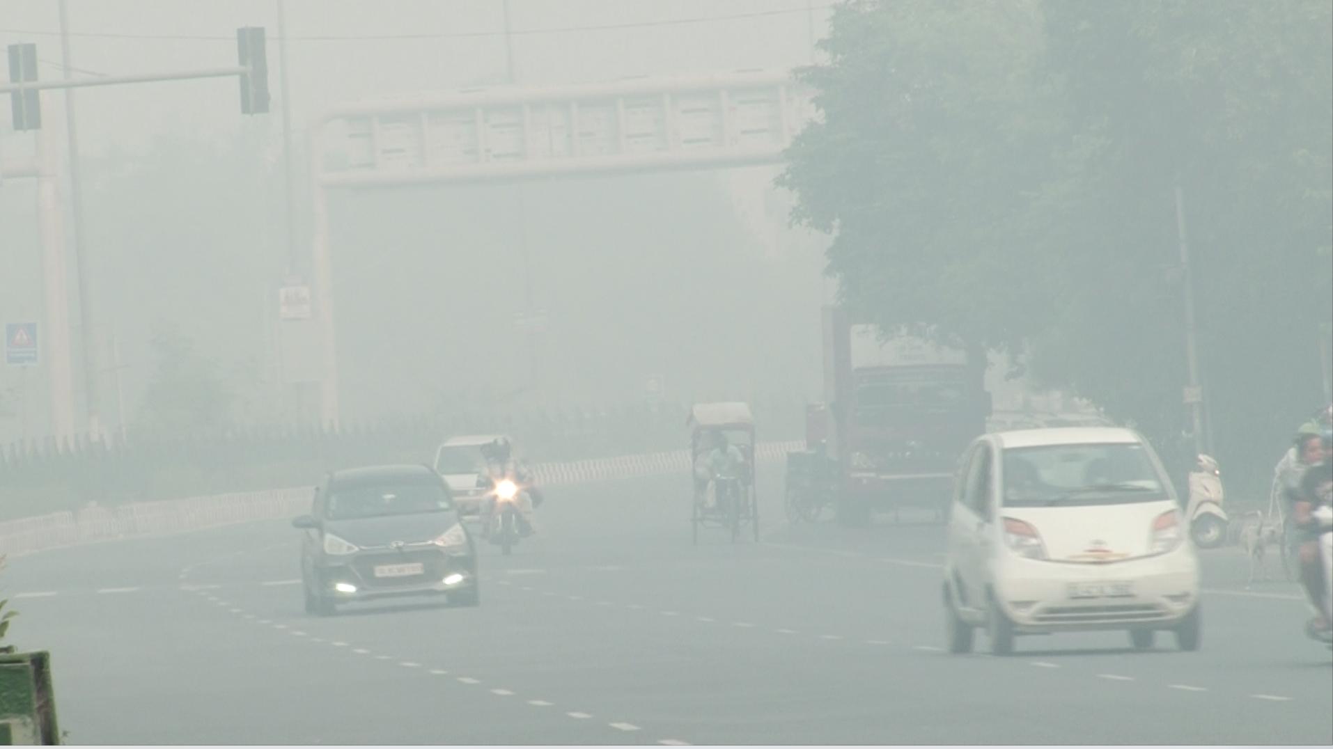 बैन के बावजूद दिल्ली में हुई जमकर आतिशबाजी, दिवाली की रात हुए प्रदूषण ने अगली सुबह दिखाना अपना असर,  24 गुना तक बढ़ा प्रदूषण ।