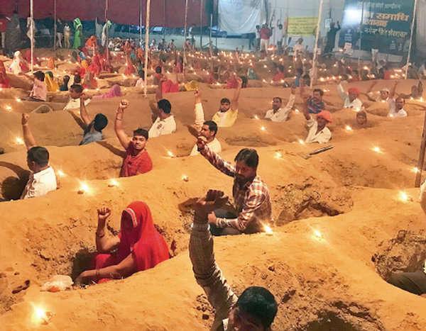 राजस्थान में जमीन की लड़ाई लड़ रहे किसानों ने गड्ढों में मनाई दिवाली,18 दिनों से कर रहें है जमीनी सत्याग्रह ।