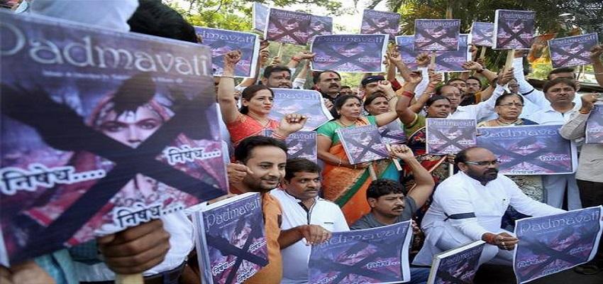 फ़िल्म पद्मावती राजपूत समाज के सैकड़ों युवाओं ने सड़कों पर  किया प्रदर्शन, भंसाली का फूंका पुतला।