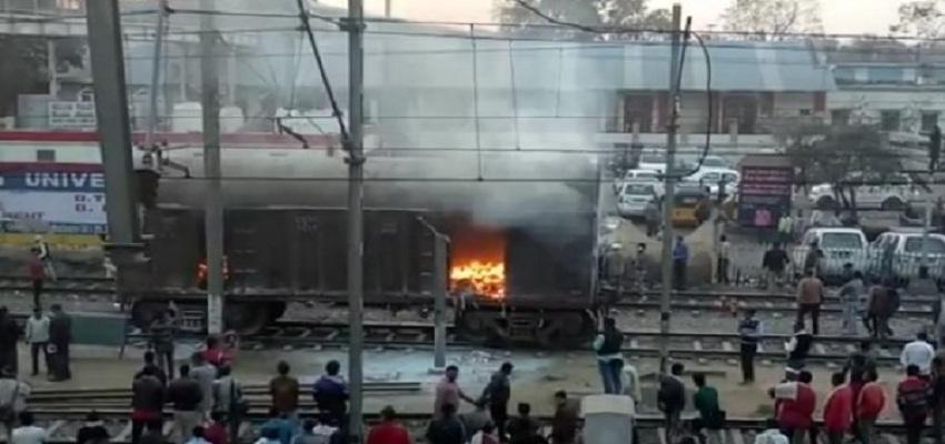 मथुरा जंक्शन पर मालगाड़ी में लगी आग।