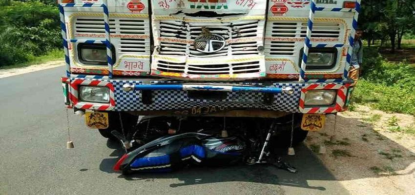नेशनल हाइवे-31 पर ट्रक ने बाइक पर सवार तीन लोगों को कुचला।