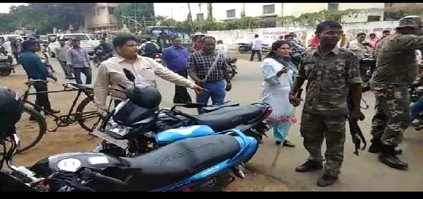 ट्रैफिक नियम तोड़ने वालों पर चला लेडी सिंघम का डंडा।