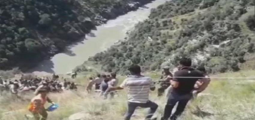 हाईवे पर गहरी खाई में गिरी मिनी बस 20 की मौत, कई घायल-जम्मू-कश्मीर