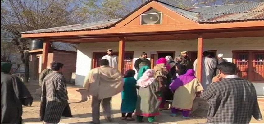 जम्मू-कश्मीर पंचायत चुनाव के पहले चरण का मतदान जारी।
