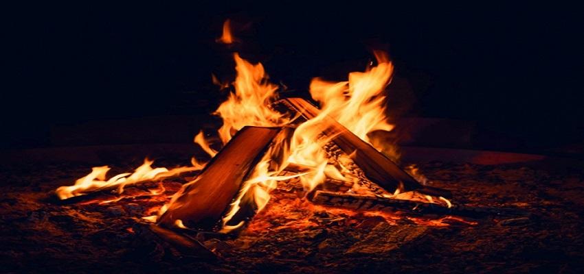 कूड़े के ढेर में जला 'खजाना'।