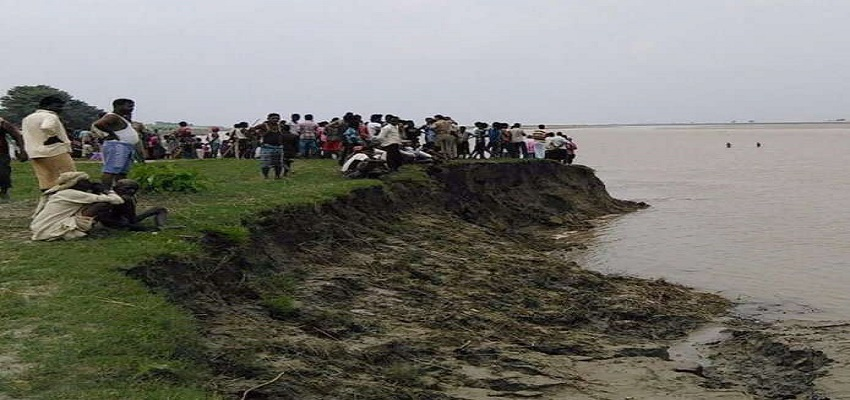 यमुना नदी में पलटी 14 लोगों से भरी नाव।