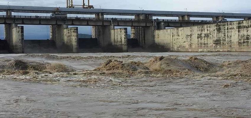 खतरे के निशान पर यमुना नदी।