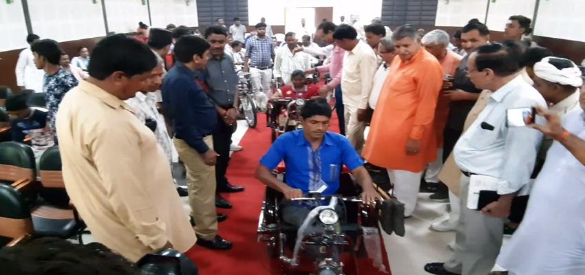 सांसद धर्मबीर ने दिव्यांगों को मोटराईज साईकिल का निःशुल्क वितरण किया