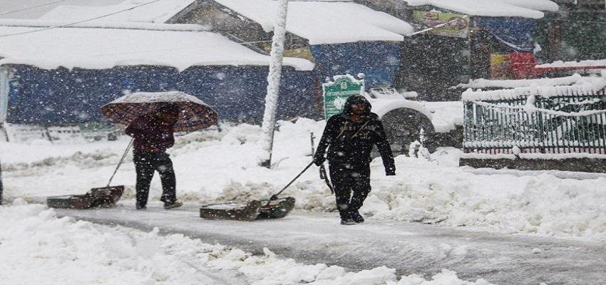 बेमौसम बर्फबारी से कश्मीर में बिजली इंफ्रास्ट्रक्चर क्षतिग्रस्त'