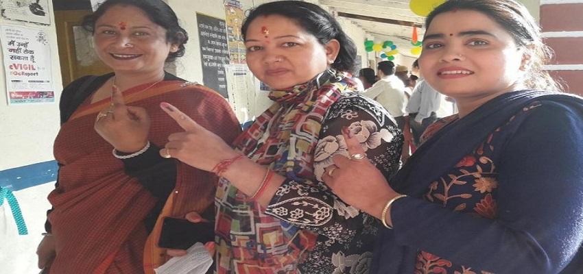 दिल्ली चुनाव सरकार चुनने में पुरूषों से आगे रही महिलाएं