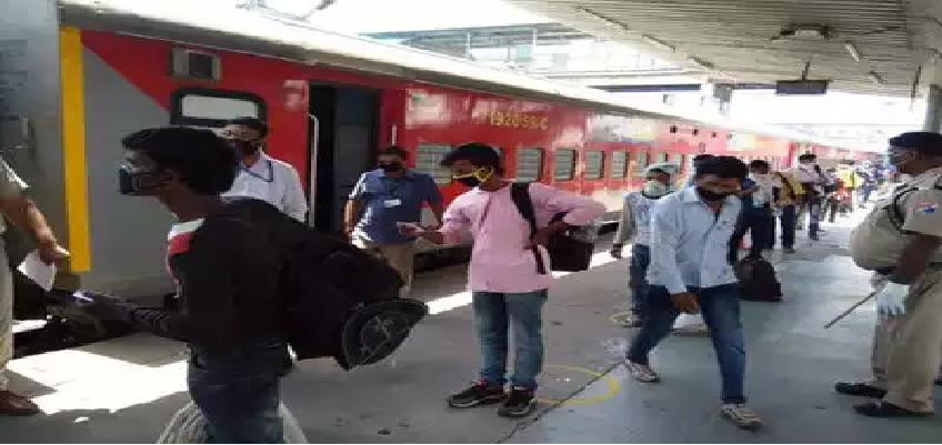 Train Services Resume Today: नई दिल्ली से रवाना हुईं रेलगाड़ियां, 50 दिन बाद स्टेशनों पर दिखी हलचल, अब तक 80 हजार से अधिक यात्रियों ने कराई टिकट बुकिंग