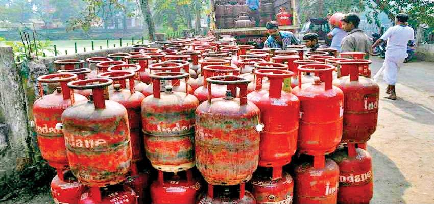 LPG Cylinder Price hiked: जिंदगी पटरी पर लौटते ही पड़ी महंगाई की मार, इन शहरों में गैर सब्सिडी सिलेंडर की कीमत बढ़ी