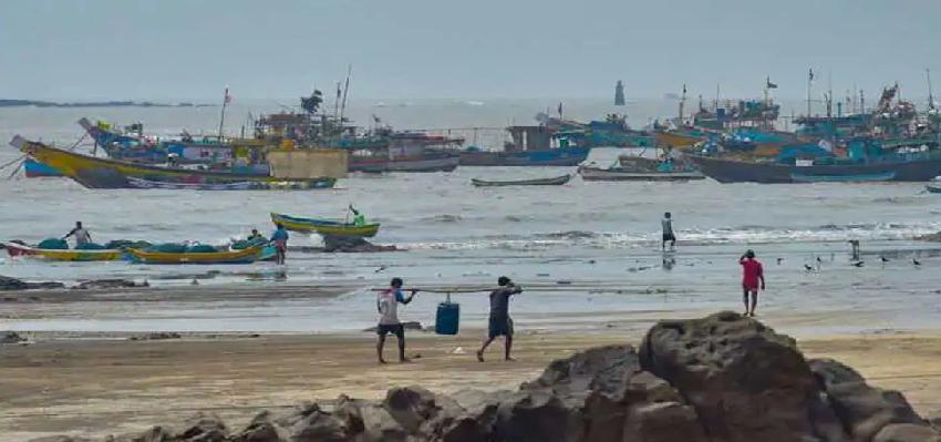Nisarga weakened In Mumbai: मुंबई में दस्तक के साथ ही कमजोर पड़ा निसर्ग, टल गया बड़ा खतरा, खिल गए लोगों के चेहरे