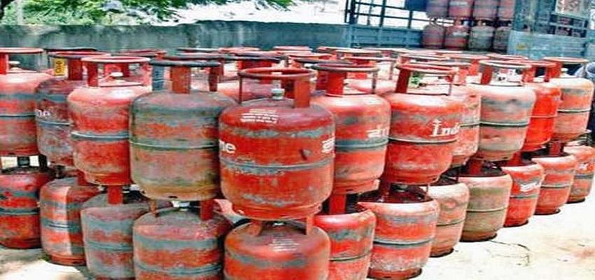 Gas cylinder: देश के लोगों पर महंगाई की मार, मंहगी हुई रसोई गैस