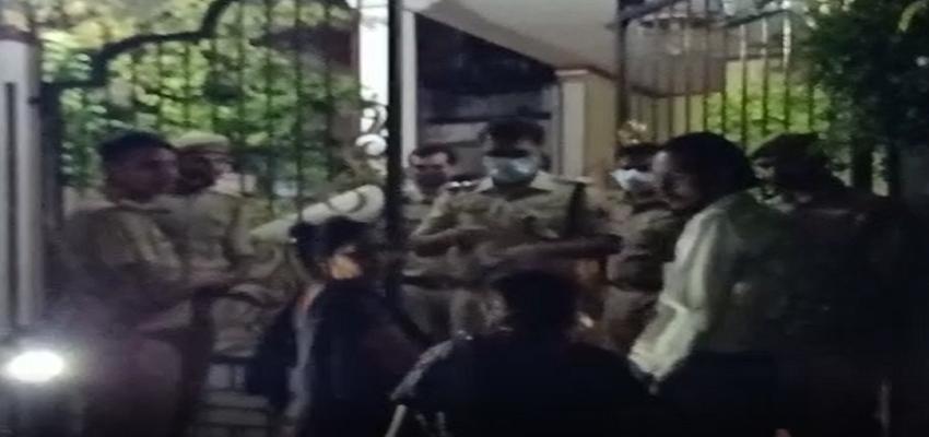 UP Crime: मैंन गेट पर बाहर से ताला, रस्सी पर लटका हुआ महिला का शव