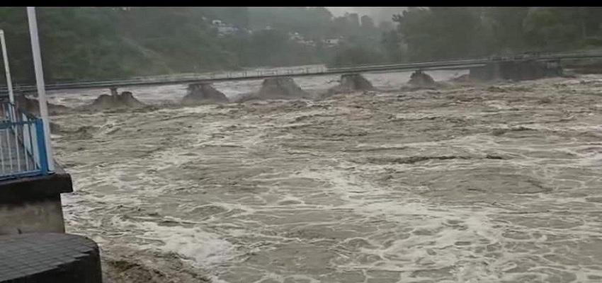 Uttarakhand: CM पुष्कर सिंह धामी ने ट्रैक्टर से खटीमा में बाढ़ प्रभावित इलाकों का लिया जायजा